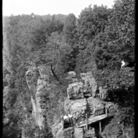 Mabel Wohlbrück and others atop Natural Bridge in Virginia